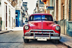 葡萄酒经典美国汽车在哈瓦那旧城, C街道停放了  图库摄影