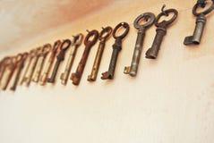 葡萄酒经典老装饰钥匙集合 库存照片