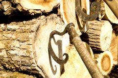 葡萄酒轴圆形在甲板木头非常突出  库存图片