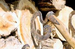 葡萄酒轴圆形在甲板木头非常突出  免版税库存图片