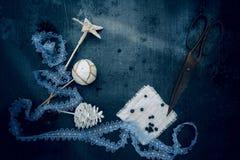 葡萄酒 圣诞节装饰-鞋带,星,球,爆沸,老剪刀 顶视图 免版税库存图片