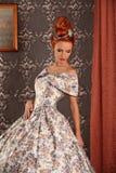葡萄酒维多利亚女王时代的礼服的豪华年轻美丽的妇女 免版税库存照片