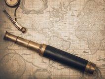 葡萄酒水手长的小望远镜和口哨 库存图片
