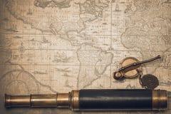 葡萄酒水手长的小望远镜和口哨 图库摄影