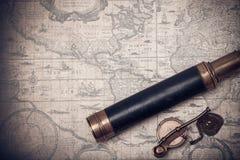 葡萄酒水手长的小望远镜和口哨 免版税库存图片