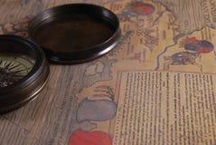 葡萄酒破旧指南针和老 免版税库存图片