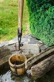 葡萄酒水桶和结实从木头。 免版税库存图片