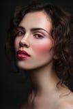 葡萄酒年轻美丽的女孩样式画象有时髦的做 免版税库存图片