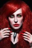 葡萄酒年轻美丽的红头发人妇女样式画象有得到的 库存照片