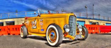 葡萄酒黄色旧车改装的高速马力汽车 免版税库存照片