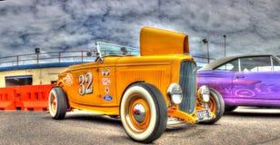 葡萄酒黄色旧车改装的高速马力汽车 免版税库存图片