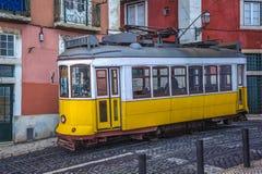 葡萄酒黄色电车,里斯本,葡萄牙的标志 库存图片