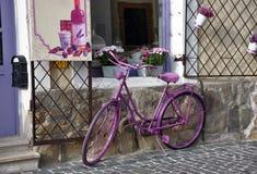 葡萄酒紫色自行车 免版税库存照片