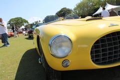 葡萄酒黄色赛车前面 免版税库存照片