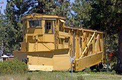葡萄酒黄色铁路除雪机汽车 免版税库存图片