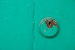 葡萄酒绿色门的钥匙举行 库存图片