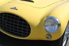葡萄酒黄色sportscar前面细节 免版税库存图片