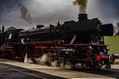 葡萄酒黑蒸汽供给动力的铁路火车 免版税图库摄影