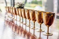 葡萄酒黄铜杯子 库存照片
