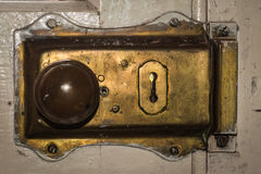 葡萄酒黄铜门锁钥匙 免版税库存图片