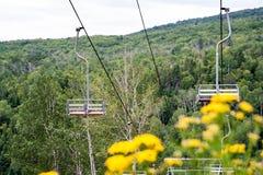 葡萄酒滑雪电缆车在夏天 图库摄影
