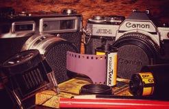 葡萄酒35mm影片照相机和影片 库存图片