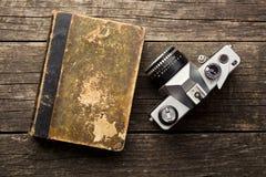 葡萄酒35mm影片照相机和旧书 免版税库存图片