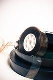 葡萄酒35 mm电影卷轴和箱子 库存图片
