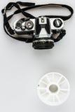 葡萄酒35mm类似物照相机和开发的螺旋 免版税库存照片