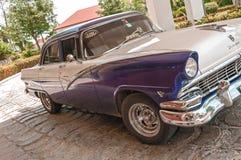 葡萄酒1950年` s经典美国古巴出租汽车,金属蓝色和白色 免版税库存照片