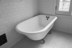 葡萄酒clawfoot浴缸 免版税库存照片