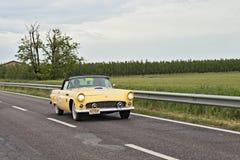 葡萄酒Ford Thunderbird在Mille Miglia 2013年 图库摄影