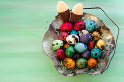 葡萄酒Metall复活节彩蛋篮子和Chocolade兔宝宝耳朵 免版税库存图片