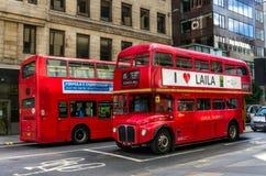 葡萄酒Routemaster公共汽车在中央伦敦 免版税库存照片