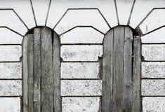 葡萄酒Windows,线、木头和混凝土 免版税库存照片