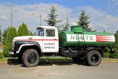 葡萄酒Zil 130在一个围场的槽车 免版税库存照片