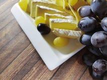 葡萄静物画,木桌熟食 免版税库存照片