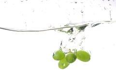 葡萄飞溅水 免版税库存照片