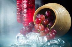 葡萄玻璃在黑背景的红葡萄酒特写镜头 免版税库存照片