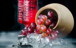 葡萄玻璃红葡萄酒黑背景 免版税库存照片