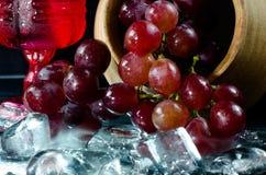 葡萄玻璃红葡萄酒黑背景 库存图片