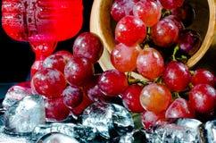 葡萄玻璃红葡萄酒黑背景 免版税库存图片