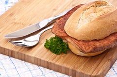 董事会剪切大面包肉 免版税库存图片