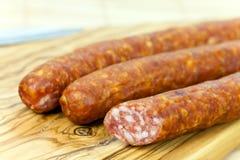 董事会剪切肉混杂的红色香肠 库存照片