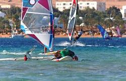 董事会的疲乏的女孩风帆冲浪者 免版税库存照片