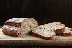 董事会面包剪切仍然生活黑麦 免版税库存照片