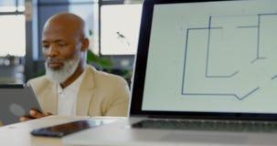 董事谈论在图纸在会议室4k 影视素材