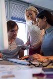 董事谈论在数字式片剂在会议期间 库存照片
