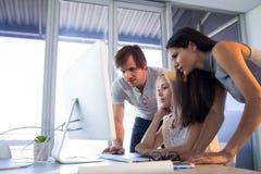 董事谈论在计算机在会议期间 免版税图库摄影