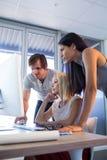 董事谈论在计算机在会议期间 库存图片
